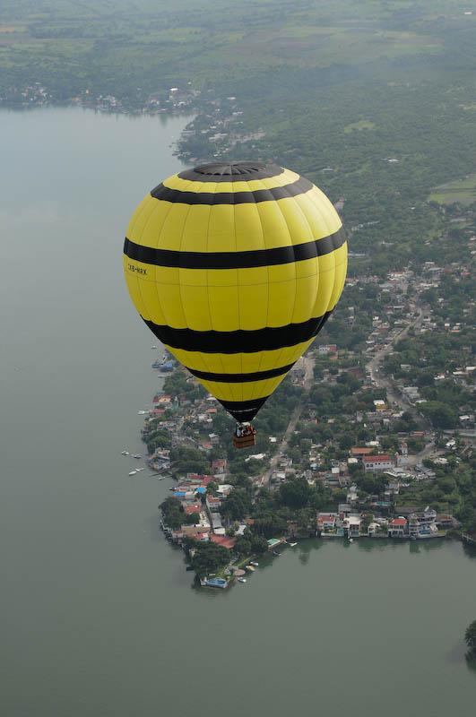 Globo aerostático sobrevolando el lago de Tequesquitengo