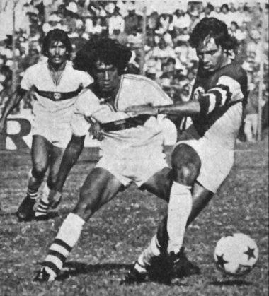 Pibe Dávila disputando un balón a Carlos de los Cobos del América.